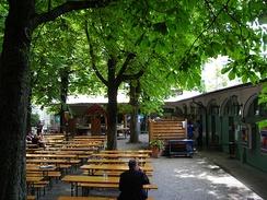 В Баварии конский каштан обыкновенный— обычное дерево «пивных садиков». Изначально он выращивался здесь ради глубокой тени, в которой владельцы пивных погребков могли колоть лёд из местных рек и озёр. Этим льдом охлаждали пиво летом. Ныне в тени охлаждают свои головы любители пива. Пивной сад пивной «Хофбройкеллер» в Мюнхене