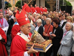 Cardinal Miloslav Vlk with the skull of Saint Wenceslaus during a procession on September 28, 2006