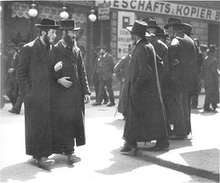 Ultra-Orthodox Jews from Galicia at the Karmelitermarkt [de] in Vienna's second district Leopoldstadt, 1915