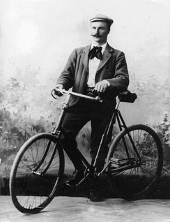 Gustaf Dalén as a young engineer with his bicycle in the photo studio 1895.