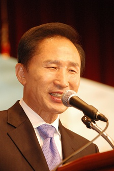 Lee Myung-bak speaking to public in 2007.