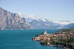 Southern prealpine lakes like Lake Garda are characterised by warmer microclimates than the surrounding areas