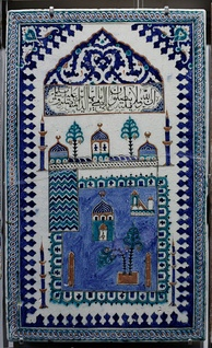 Panel representing the Mosque of Medina. Found in İznik, Turkey, 18th century. Composite body, silicate coat, transparent glaze, underglaze painted.