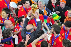Manager Vicente del Bosque lifting the trophy with the Spanish players.