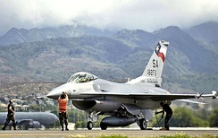 Crew chiefs recover their F-16 after it returned to Hickam AFB, Hawaii from an air-to-air mission on September 8, 2006, during Exercise Sentry Aloha.