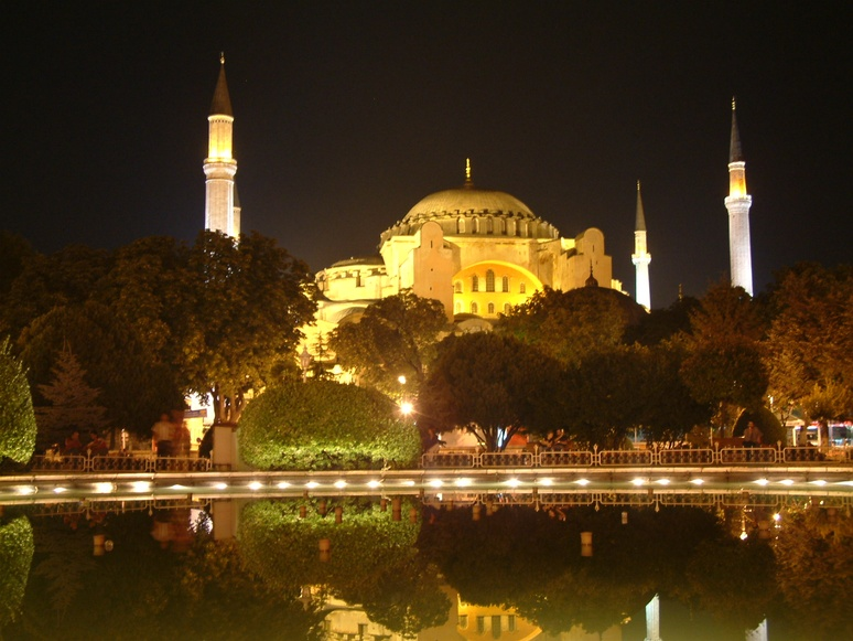 The Constantinopolitan Hagia Sophia with elements added later to the crossing in order to stabilise the dome construction