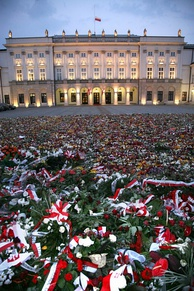 Flowers in front of the Presidential Palace following the death of Poland's top government officials in a plane crash over Smolensk in Russia, 10 April 2010