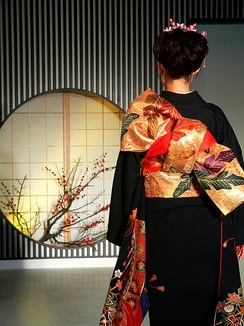 Back of a woman wearing a kimono with the obi tied in the tateya musubi style