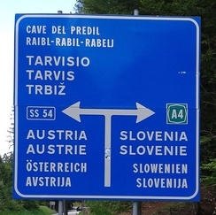 A traffic sign in Italian, Friulan, German and Slovene