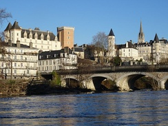 The château and the Pont du XIV-juillet [14 July Bridge] seen from the banks of the Gave de Pau
