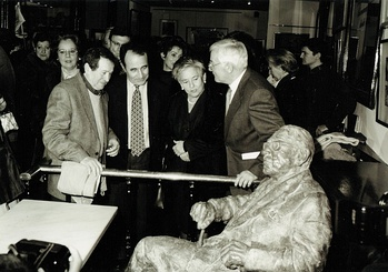 The Presentation of a sculpture in honour of Torrente, at the Café Novelty, in Salamanca in 2000. From right to left, the director of The Royal Spanish Academy, Víctor García de la Concha,Torrente's widow, Fernanda, the author Carlos Casares and the sculptor Fernando Mayoral [es].