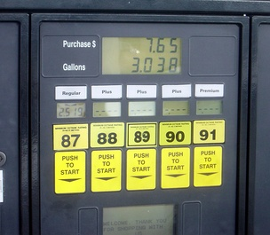 A US gas station pump offering five different (R+M)/2 octane ratings