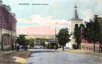 Успенская (Старобазарная) площадь. Справа— Успенская молельня