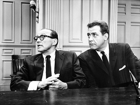 Perry Mason (Raymond Burr) defends Jack Benny, on trial for murder, in an episode of CBS-TV's The Jack Benny Program (1961)