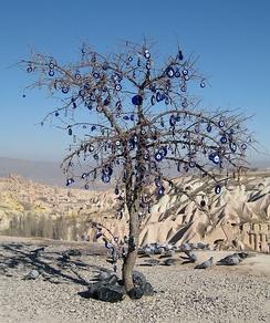 Дерево, увешанное турецкими амулетами от сглаза