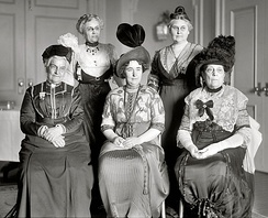 Lizzy Lind af Hageby (centre, seated) in 1913.