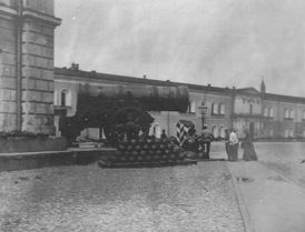Царь-пушка на углу здания Оружейной палаты. 1905 год