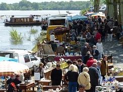 Les puces de Montsoreau is bringing in the Loire Valley some 10,000 visitors every second Sundays of the month.