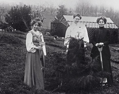Annie_Kenney to the left, Blathwayt at centre and Emmeline_Pankhurst, with the spade, at Eagle House in Batheaston in 1910