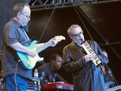Steely Dan performing in 2007. Walter Becker (l) playing electric guitar, Donald Fagen (r) playing melodica.