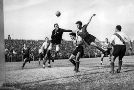 Erico heading the ball in a match against River Plate, 1936