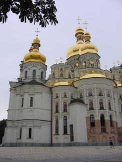 Восстановленный Успенский собор Киево-Печерской Лавры с отделкой в стиле украинского барокко. В нижней части апсид видны фрагменты кладки XI века.