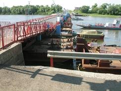 Разводной понтонный мост через реку Ока близ Озёр