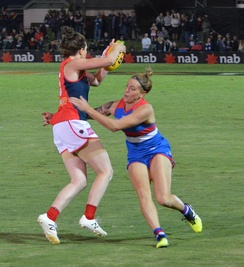 Melbourne's Elise O'Dea evades Hannah Scott of the Western Bulldogs in round 3, 2017