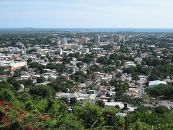 Partial view of the city of Ponce in 2006, as seen from Cerro del Vigía, with the Caribbean Sea and Caja de Muertos in the background
