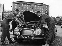 Osmo Kalpala servicing his DKW during the 1956 Rally Finland.