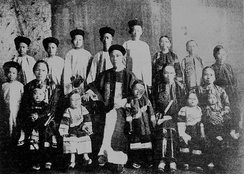 Chinese immigrant with his three wives and fourteen children, Cairns, 1904