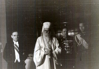 Patriarh Nicodim (centre), with Mihai I (right) and Gheorghiu-Dej (left) at a reception at the Soviet embassy, 1946