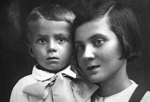 Толя Кашпировский с мамой Ядвигой Николаевной, Казахстан, 1942 год