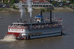 Belle of Louisville at the start of the 2004 Great Steamboat Race