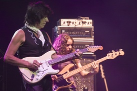 Beck with Tal Wilkenfeld on the 2007 Crossroads Guitar Festival tour