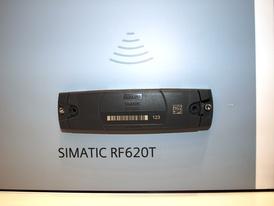 RFID-метка SIMATIC RF620T, соответствующая стандартам ISO 18000-6C EPC CLASS 1 GEN. По центру нанесён штрих-код, справа— DMC