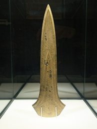 Ceremonial giant dirk (1500–1300 BC)