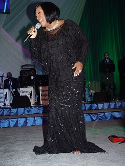 LaBelle singing at a Obama presidential campaign, 2008 event