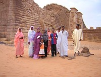 Sudanese tourists by the Meroë pyramids in various types of clothing.