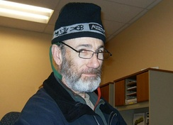 Man wearing a tuque.