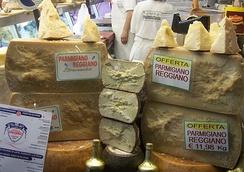 Пармезан в сырной лавке в Генуе.