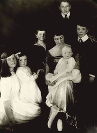 Hepburn (left) with her mother and siblings, 1921