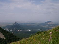 Вид с горы Бештау. В кадре четыре горы (Бештау, Железная, Развалка, Змейка)