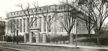 Southeast view of rear (Massa­chu­setts Ave.) facade c. 1915, before construction of Hough­ton Library and Wiggles­worth Hall to the east and south