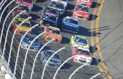 Jimmie Johnson leads a pack of cars three-wide multiple rows back in the 2015 Daytona 500.