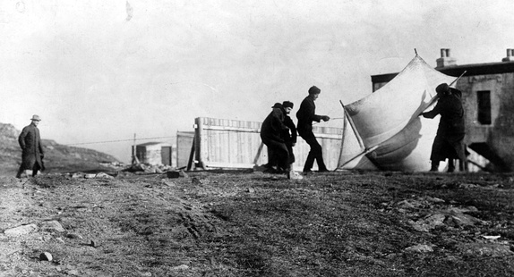 "Marconi watching associates raising the kite (a ""Levitor"" by B.F.S. Baden-Powell[41]) used to lift the antenna at St. John's, Newfoundland, December 1901"