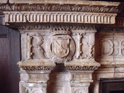 "Fireplace at Kenilworth Castle, with shield displaying in bend the Ragged Staff of the Earls of Warwick, with the letters R and L for ""Robert Leicester"" for Robert Dudley[93]"
