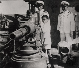 King Ananda and Prince Bhumibol interesting of the artillery of HTMS Maeklong