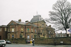 В Blackburne House в Ливерпуле учатся женщины, в том числе из неблагополучных семей, за счёт кафе и предприятий, расположенных в здании