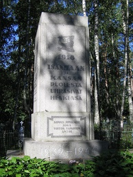 "A stone pedestal commemorating the Civil War with a cropped coat of arms for Finland and the inscription ""Sacrificed their lives for the Fatherland and freedom in 1918."""